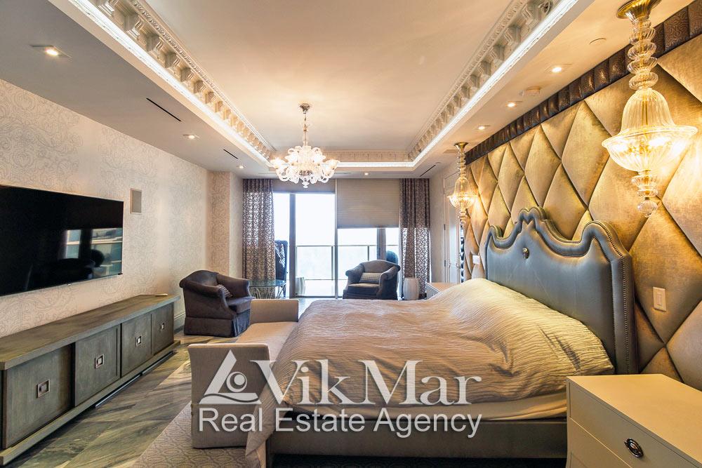 Центральная фото перспектива интерьера спальни хозяев с видом на океан при дневном комбинированном освещении