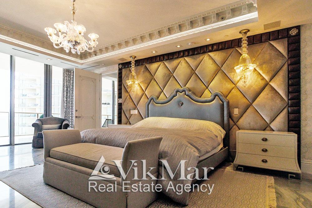 Общий вид элегантной зоны отдыха спальни хозяев (Master Bedroom) с декоративным комбинированным освещением