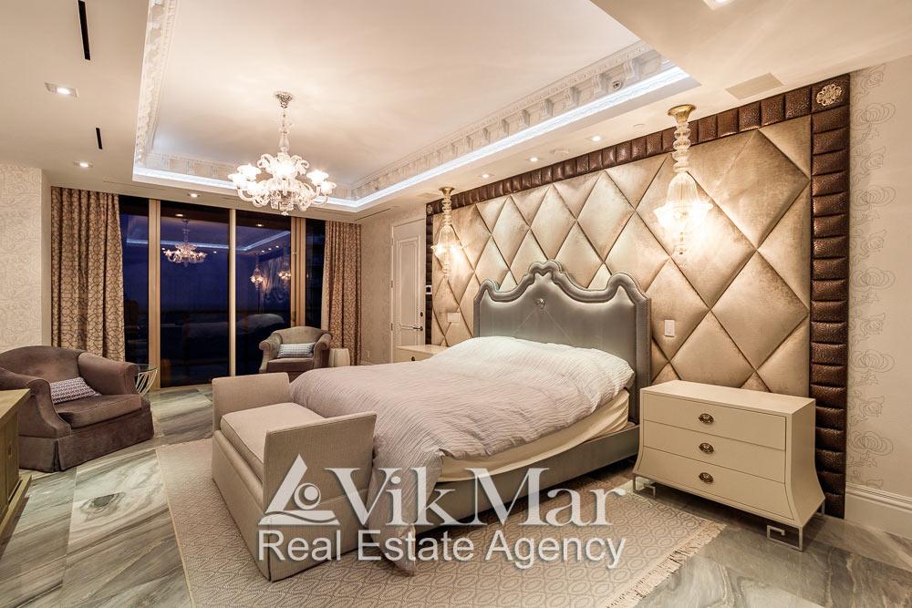 Фото перспектива элегантного дизайна интерьера спальни хозяев (Master Bedroom) при вечернем декоративном освещении