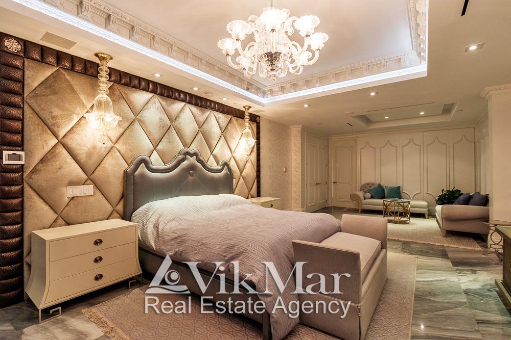 Фото роскошного дизайна интерьера и системы освещения спальни хозяев (Master Bedroom) элитной квартиры апартаментов в Майами Бич, США