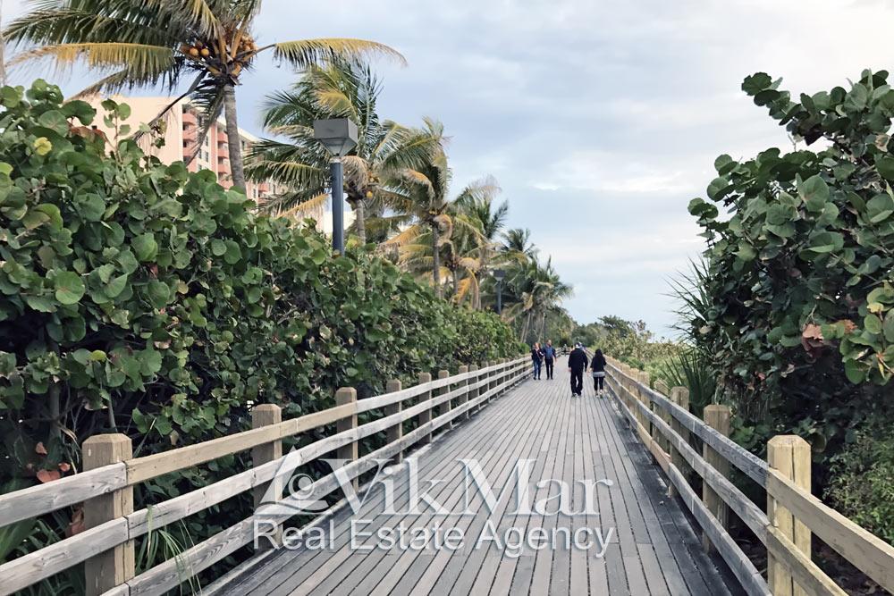 Парковая зона на берегу океана в Майами Бич