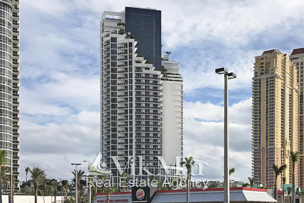 Вид на «Trump International Beach Resort» со стороны Коллинз Авеню