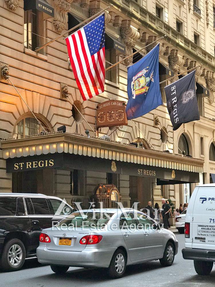 Главный вход в отель Сент Реджис Нью Йорк
